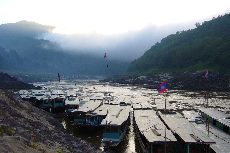 les fameux bateaux laotiens au lever du jour